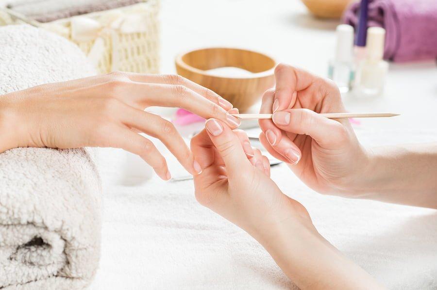 Poprawianie skórek podczas manicure biologicznego
