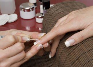 Wygładzanie paznokci w trakcie zabiegu french manicure