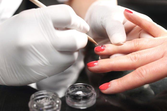 Paznokcie hybrydowe przyozdabiane wzorkiem