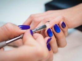 Usuwanie skórek na potrzeby manicure