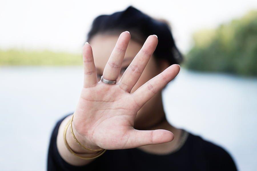 Kobeta wstydzi się pokazać paznokcie zarażone grzybicą