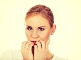 Kobieta martwi się, że ma rozdwajające się paznokcie