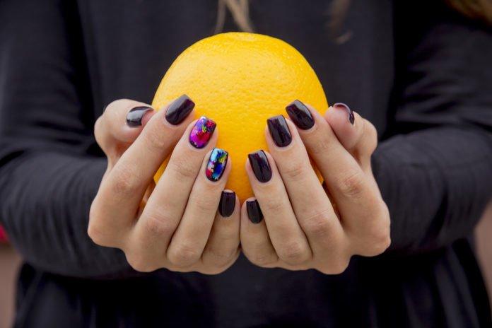 Cytrusy są bogate w witaminy na paznokcie