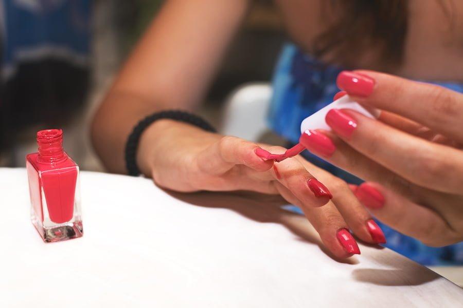 Paznokcie można bardzo łatwo pomalować samemu