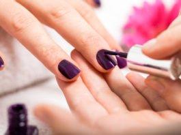 Malowanie paznokci można wykonać zarówno w domu, jak i w salonie