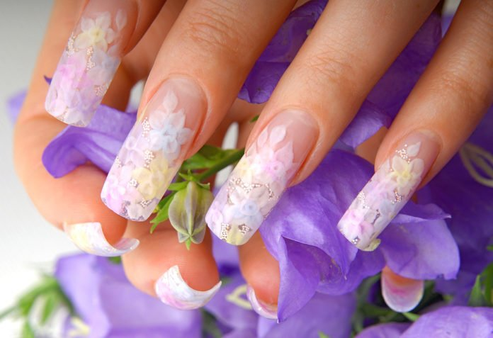 Paznokcie akrylowe z pięknym zdobieniem