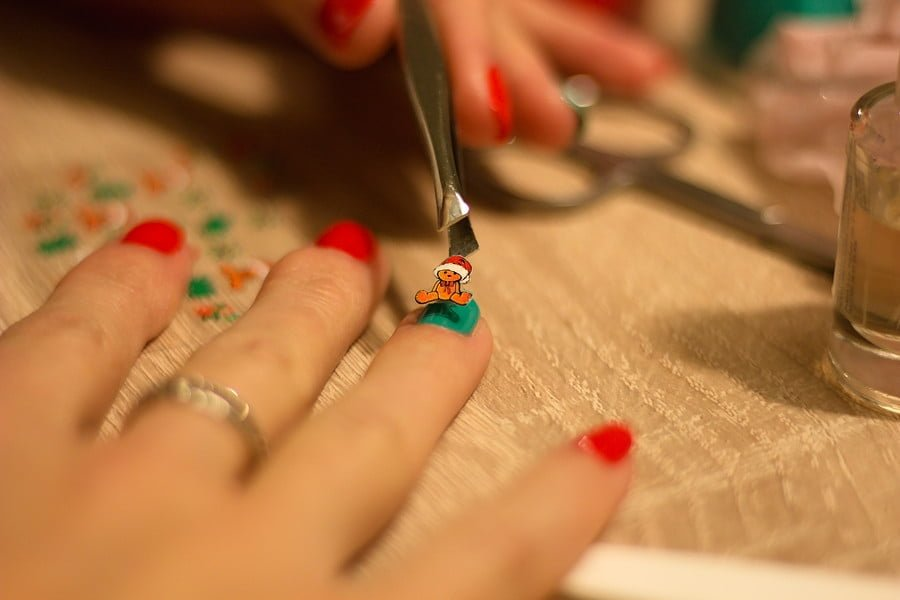 Wzorki na paznokciach z użyciem naklejek na paznokcie