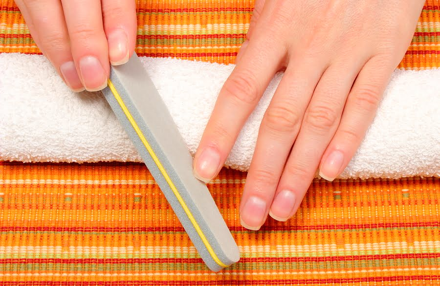 Piłowanie paznokci pilnikiem do paznokci