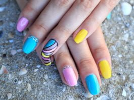 Kobieta prezentuje przykładowe paznokcie na lato
